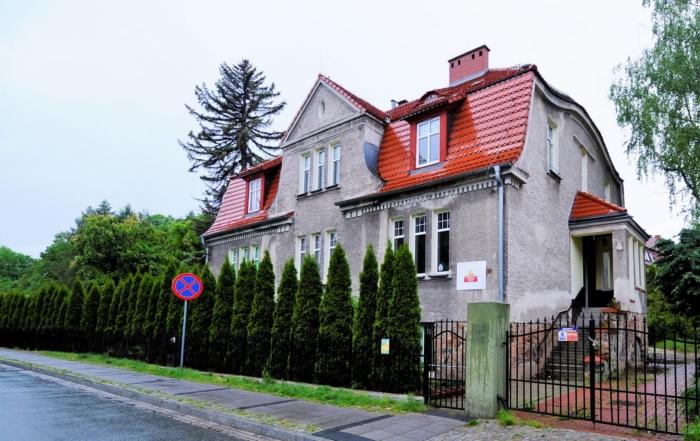 Ładny dom zczerwonym dachem
