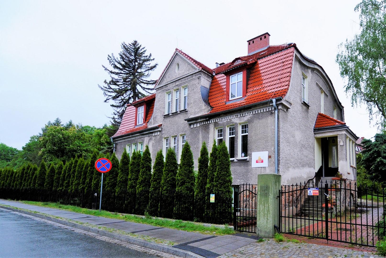 Ładny dom z czerwonym dachem